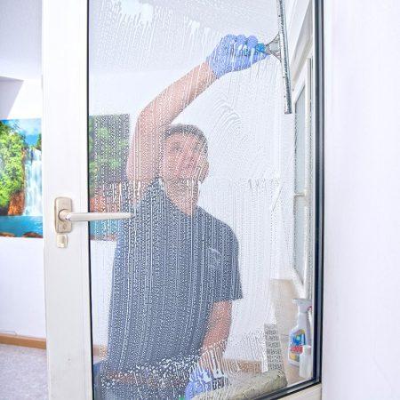 Fensterputzer Hamburg reinigt in privaten Haushalten mit Rahmenwäsche.
